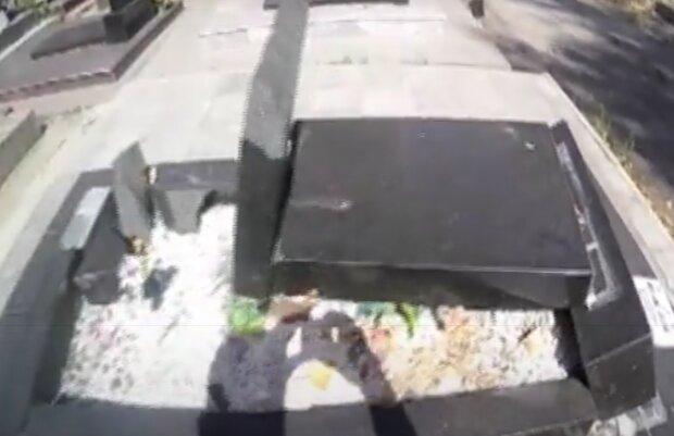 На Львівщині зловили цвинтарного вандала - трощив могили та пам'ятники, топтав квіти - випадкові очевидці прозріли