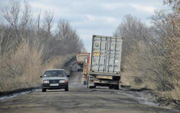 Пока одни погибают, другие отмывают: чиновники не собираются ремонтировать самую кровавую трассу Украины