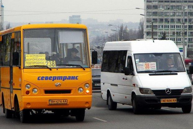 Спящий пассажир жестоко избил и ограбил украинского маршрутчика: подробности странного происшествия