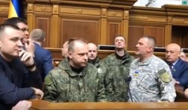 Спикер закрыла заседание Рады, в зал вошли военные