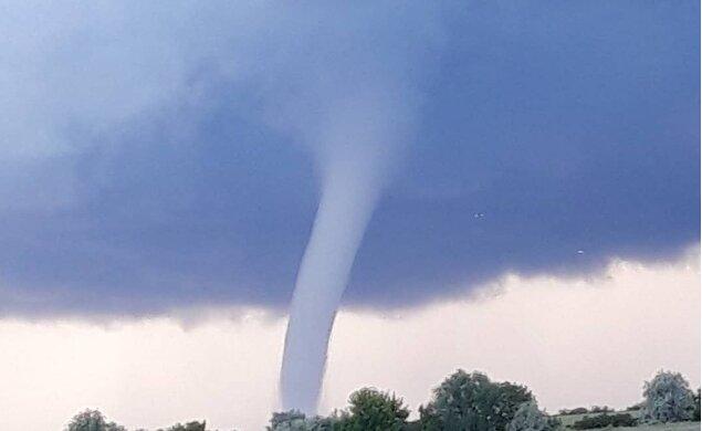 Торнадо, фото из соцсетей очевидцев