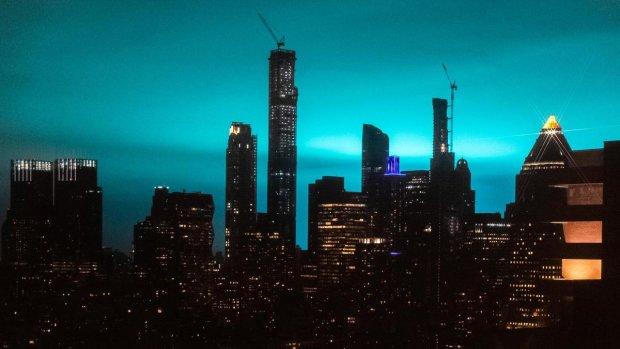 Мощный взрыв покрасил небо над Нью-Йорком: Апокалипсис или атака инопланетян