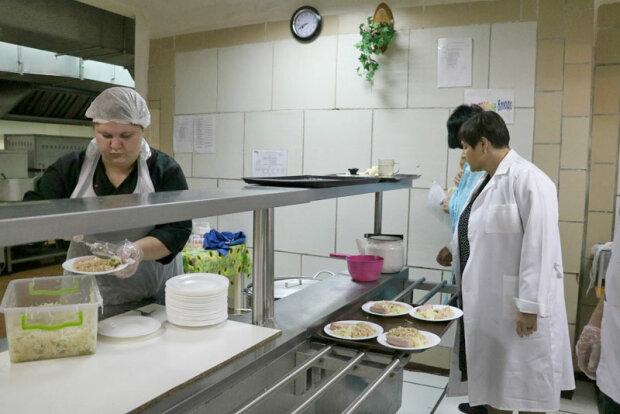 Київських учнів годують прострочкою та гниллю: у зоні ризику 8 шкіл