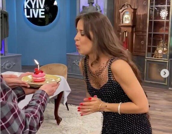 Дружина Дзідзьо у екстремальному міні запалила на День народження: ледь не з'їла мікрофон