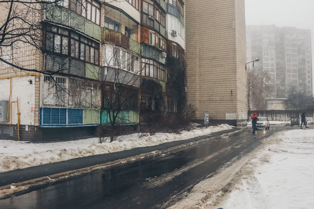 Киевляне шли на работу мимо трупа пенсионера: фото 18+
