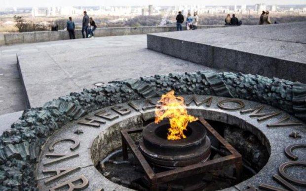 Вандали жорстоко поглумилися над пам'ятником у Києві