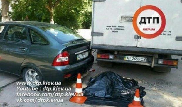 Водителя раздавило собственное авто в Киеве