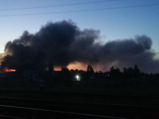 Під Києвом палають склади: їдкий дим заповнив все в окрузі, людям нічим дихати