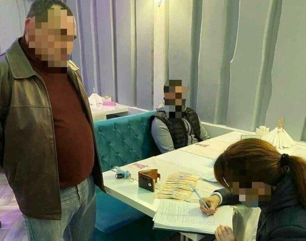 На Закарпатье схватили наглых скупщиков голосов - продажная тысяча вместо гречки