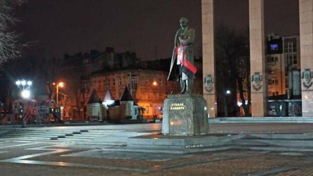 Неизвестные облили красной краской памятник Степану Бандере во Львове