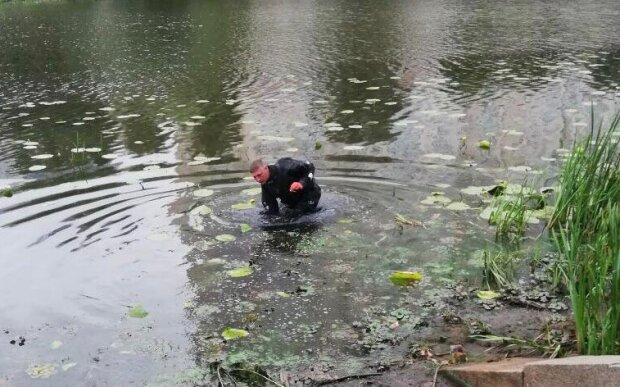 Хоррор посеред спального району Києва: в каналі спливло тiло