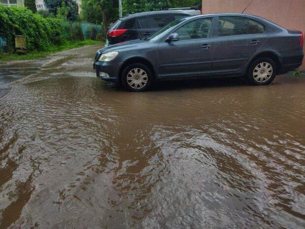 У Києві величезна злива призвела до повені: затопило метро і кілька вулиць
