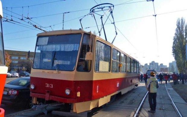 Не все доберутся домой вовремя: серьезное ДТП парализовало движение киевских трамваев