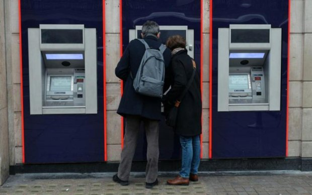 Травневі свята в Україні: графік роботи банків та банкоматів