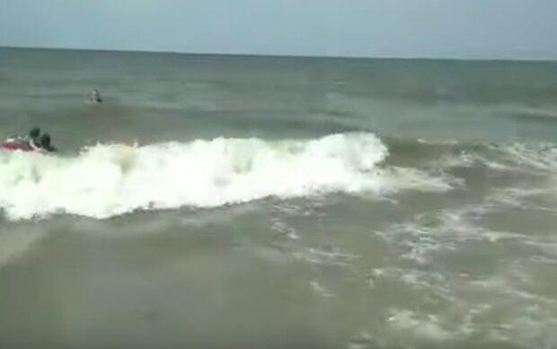 Хвилі накривають людей - на популярному українському курорті розігрався дикий шторм