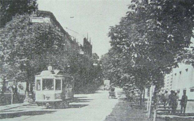 Трамвай №12 їде вниз по вул. Кривоноса. Ліворуч від вагона – вул. Насипна