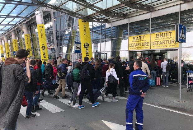 Киевский аэропорт взял в плен сотни пассажиров: все решил телефонный звонок