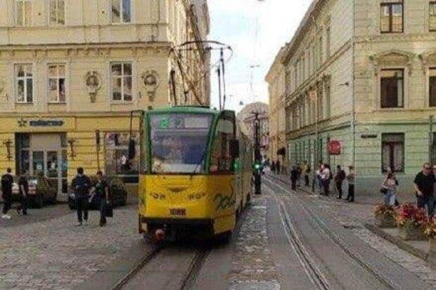 """Во Львове трамвай """"устал"""" от работы и сам себе выбил окно – осколки по всему городу"""