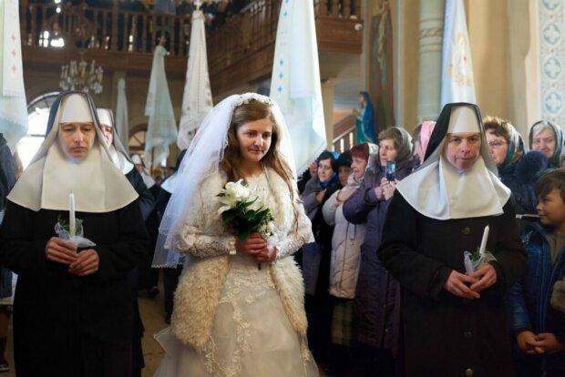 Львовян испугала монахиня в свадебном платье, очень странные фото