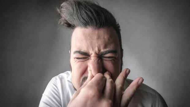 """Медики попередили про небезпеку чхання з закритими """"дірками"""": можна не тільки шию зламати"""