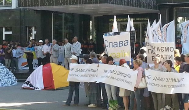 В Кременчуге люди Коломойского блокируют офис «Укртранснафты» (фото)