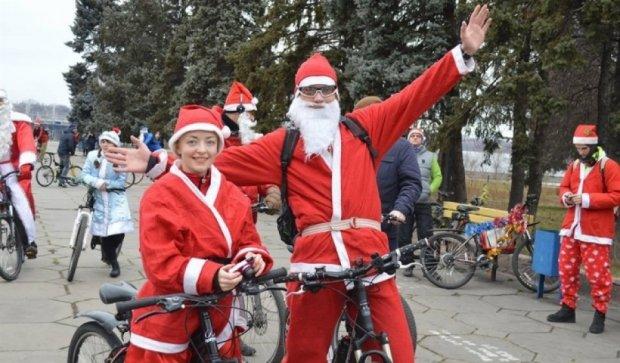 Запорожьем проехались Деды Морозы на велосипедах (фото)