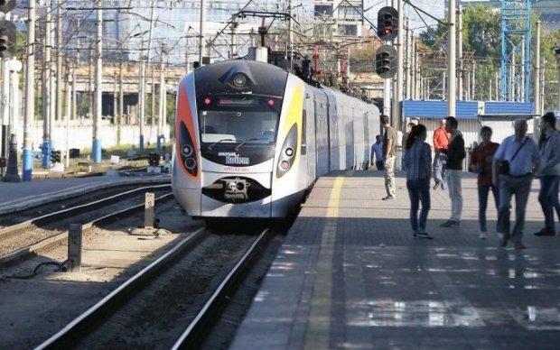 Пасажирів популярного потяга пересадять на автобуси