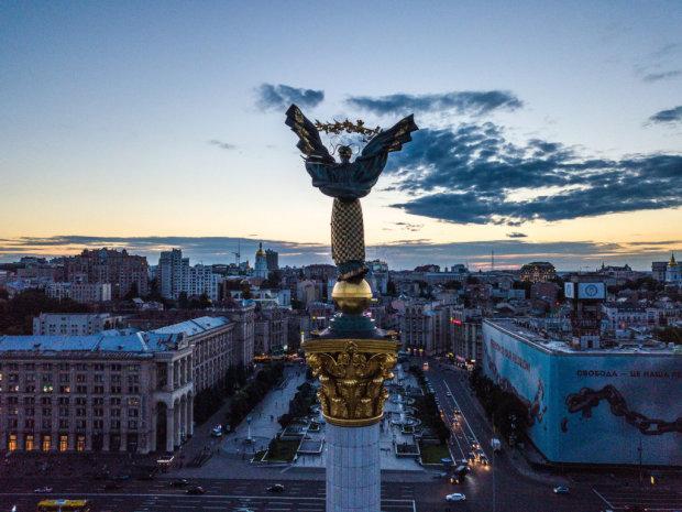 Еще один устал: в Киеве обвалился самый популярный мост, опора не выдержала