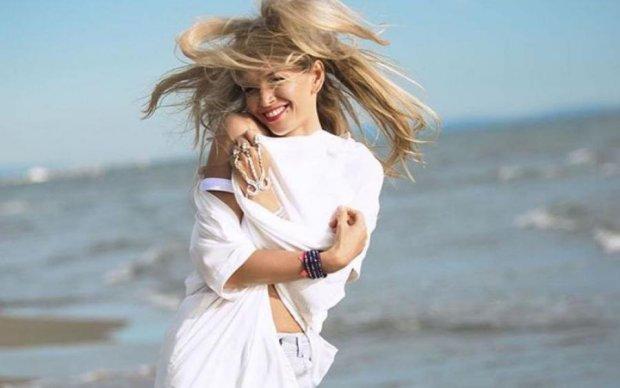 Брежнева сбежала на безлюдный пляж с коллегой по сцене