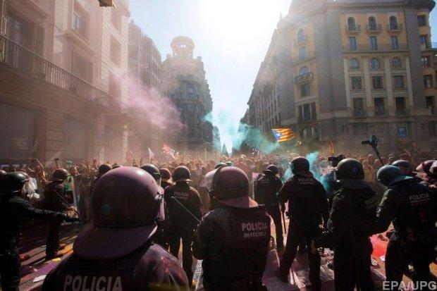 Тысячи испанцев избивают друг друга из-за независимости: видео столкновений