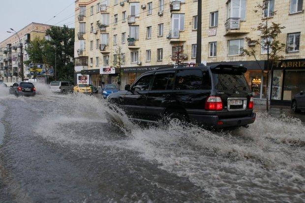 """Киев """"поплыл"""": в сети показали, во что превратился город после обычного дождя"""