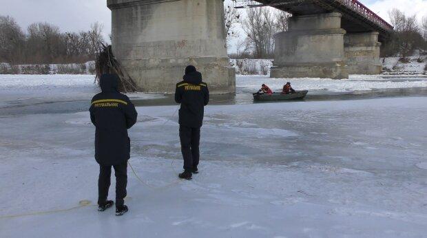 На Буковине спасли беззащитного малыша от холодной смерти: примерз ко льду