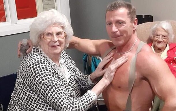 Горячий пожарник вернул пенсионерок в буйную молодость, божьи одуванчики рукоплескали