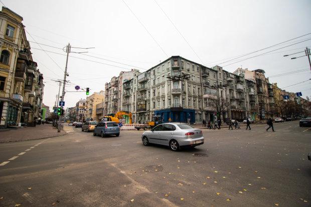 """Комунальники """"розчленували"""" центральну вулицю Києва, містяни не вірять своїм очам"""