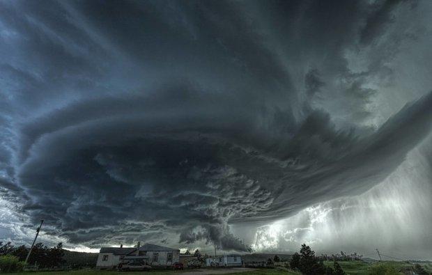 Потужне торнадо знесло батут разом із дітьми, загиблих та постраждалих рахують медики