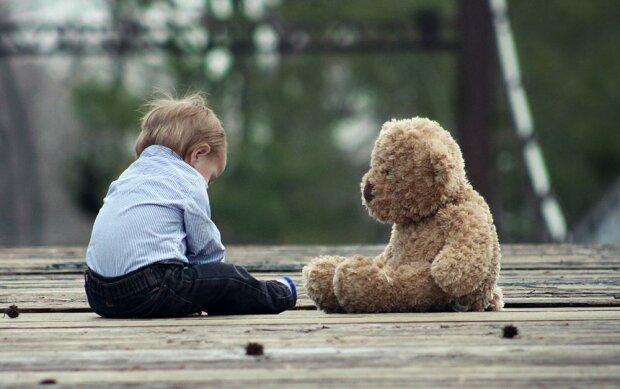 Дитина з аутизмом - фото pixabay