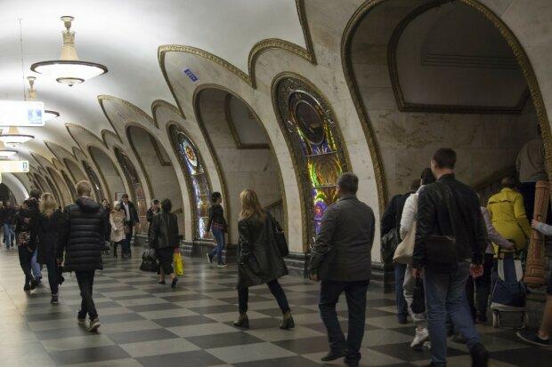 Смілива дівчина з татуюванням тризуба в московському метро викликала шалену істерику в Twitter