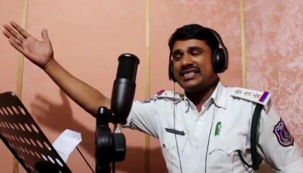 Ноу-хау від індійського поліцейського: б'є по криміналу піснями, які звучать із кожної праски