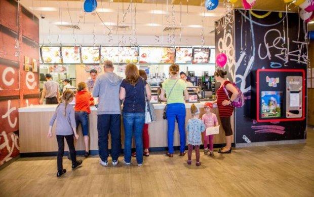 Голодная женщина родила прямо в McDonald's: фото