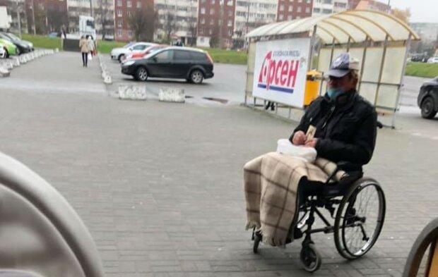 Во Львове подловили хитрого нищего на инвалидной коляске: бегает, как спортсмен