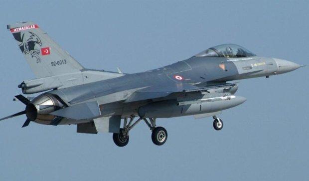 Туреччина збила неопізнаний літак на кордоні з Сирією
