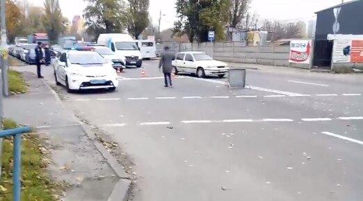 В Киеве мусоровоз отправил дедушку к Богу - снес на переходе
