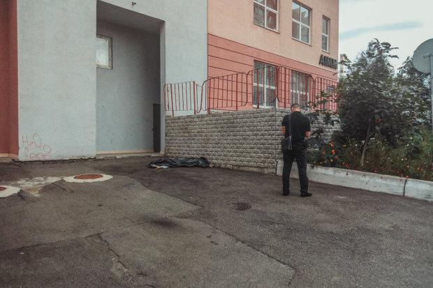 Жуткая трагедия в Киеве: под многоэтажкой нашли труп подростка
