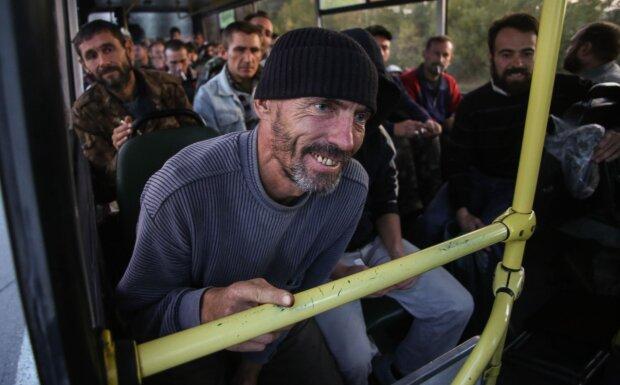 Українські військовополонені після звільнення, фото: EPA / KONSTANTIN GRISHIN