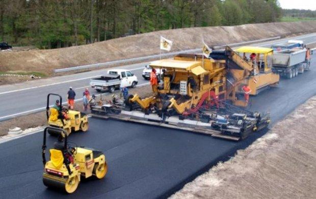Кабмін запланував рекордну суму на ремонт доріг