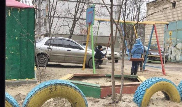 Герой парковки оккупировал детскую площадку