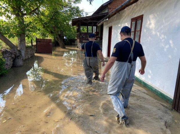Тернопольщину затопило вслед за Прикарпатьем - три села поплыли, люди молятся
