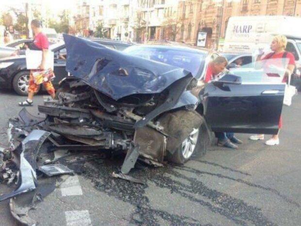 У Києві мажорний позашляховик зніс натовп пішоходів: очевидці стверджують, що водія замінили