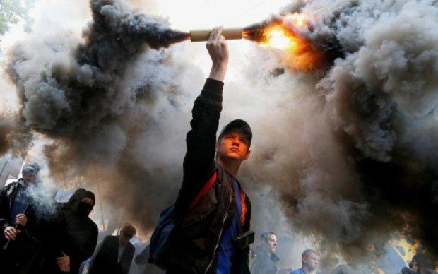 """Во Львове назревает """"народный суд"""", толпа врывается в помещения, улицы в дыму: фото"""