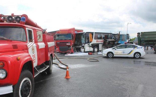 Дорога залита кров'ю: друга за день дика ДТП з автобусом сколихнула Україну